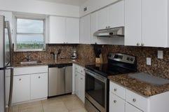 Küche mit Granitgegenoberseiten Stockfotografie