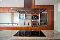 Küche mit Haube und Ofen Stockfotografie