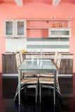 Küche und Tabelle Lizenzfreie Stockfotos