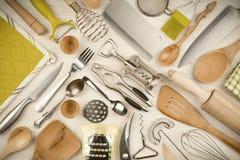 Küchengeräte eingestellt auf hölzernen Beschaffenheitshintergrund Stockfotos