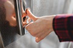 Kciuk naciska winda guzika, ręki dojechanie dla guzika dziewczyny czekanie dla windy, pchnięcie guzika początek Obraz Royalty Free