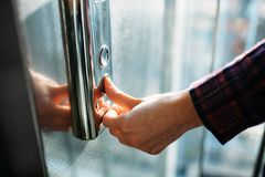 Kciuk naciska winda guzika, ręki dojechanie dla guzika dziewczyny czekanie dla windy, pchnięcie guzika początek Zdjęcia Royalty Free