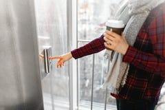 Kciuk naciska winda guzika, ręki dojechanie dla guzika dziewczyny czekanie dla windy, pchnięcie guzika początek dziewczyna Fotografia Stock
