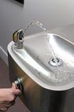 Kciuk prasa wody pitnej fontanna Obrazy Stock