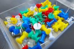 Kciuk przyczepia tęczę kolory w przejrzystym pudełku zdjęcia royalty free