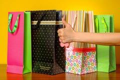 kciuki w górę pokazać kobietę Pojęcie sukces, torba na zakupy na tle Obraz Stock