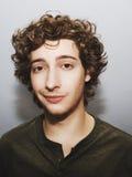 Kędzierzawy z włosami młody człowiek Zdjęcia Royalty Free