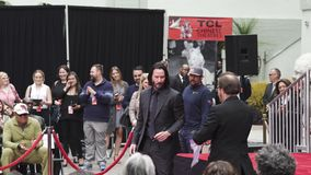 Keanu laborea Handprints y las huellas del actor cementados en Hollywood Boulevard almacen de video