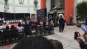 Keanu laborea Handprints y las huellas del actor cementados en Hollywood Boulevard almacen de metraje de vídeo