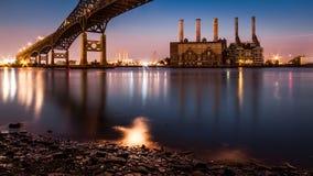 Kearny kraftverk och Pulasky Skyway på skymning royaltyfria foton