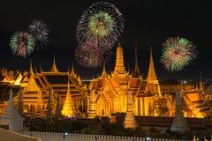 Keaw palacio y del phra magníficos de Wat en noche con los fuegos artificiales del Año Nuevo Imágenes de archivo libres de regalías