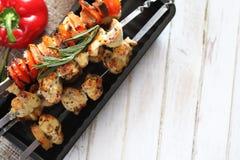 Kebab在有菜的金属串烹调了 免版税库存图片