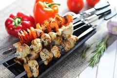Kebab在有菜的金属串烹调了 免版税库存照片