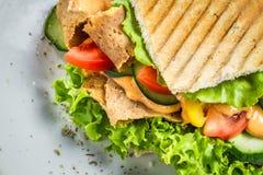 kebab特写镜头在一个小圆面包的与菜和肉 库存图片