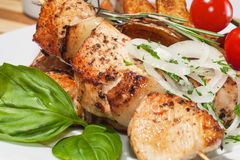 Kebab用被烘烤的土豆、西红柿和草本 库存图片