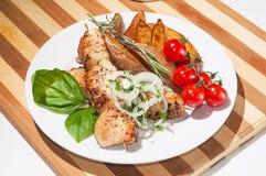 Kebab用被烘烤的土豆、西红柿和草本 免版税库存照片
