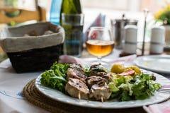 kebab的水多的部分在一杯的背景的白兰地酒 免版税库存图片