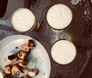 Kebab肉和新鲜的啤酒 免版税库存图片