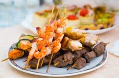 Kebab Λιχουδιές και πρόχειρα φαγητά στον μπουφέ Θαλασσινά Μια υποδοχή gala _ catering στοκ εικόνες