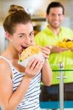 Kebab - πελάτης και καυτό Doner με τα φρέσκα συστατικά Στοκ Φωτογραφία