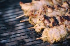 Kebab на протыкальниках металла на гриле Аппетитный крупный план shashlik стоковое фото