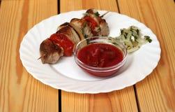 Kebab свежего жаркого shish на белом диске Стоковое Изображение RF
