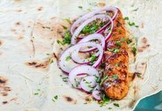Kebab цыпленка от хлеба, лука и зеленых цветов пита на темной деревянной предпосылке Стоковое Фото