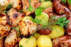 Kebab цыпленка с сосисками и картошками Стоковое Изображение
