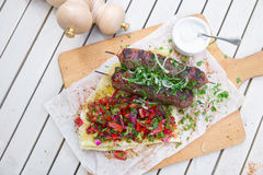 Kebab 剁碎的牛肉或羊羔传统东方肉kebab与菜和草本顶上的大理石切口公猪 免版税图库摄影