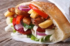 Kebab用肉、菜和油炸物在皮塔饼面包 免版税库存照片