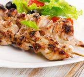 Kebab arrostito del pollo su un piatto bianco Fotografia Stock Libera da Diritti