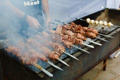Kebab arrostito sullo spiedo del metallo, barbecue Immagini Stock Libere da Diritti