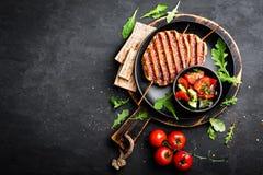 Kebab asado a la parrilla jugoso del lula de la carne del pollo en los pinchos con la ensalada de las verduras frescas en fondo n Imágenes de archivo libres de regalías