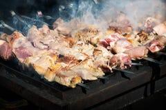Kebab auf Aufsteckspindeln auf dem Grill Stockfoto
