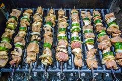 Kebab auf Aufsteckspindeln auf einem Grill ein Feiertag Lizenzfreie Stockfotografie