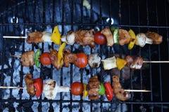 Kebab auf Grill im Freien lizenzfreies stockbild