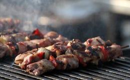 """Kebab auf hölzernen Aufsteckspindeln auf Grill Shashlik oder shashlyk †""""Fleischaufsteckspindeln auf Grill draußen Kebab auf ein Lizenzfreies Stockfoto"""