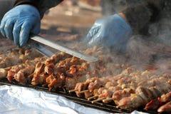"""Kebab auf hölzernen Aufsteckspindeln auf Grill Shashlik oder shashlyk †""""Fleischaufsteckspindeln auf Grill draußen Kebab auf ein Lizenzfreie Stockbilder"""