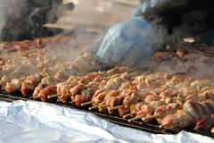 """Kebab auf hölzernen Aufsteckspindeln auf Grill Shashlik oder shashlyk †""""Fleischaufsteckspindeln auf Grill draußen Kebab auf ein Stockbilder"""