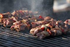 """Kebab auf hölzernen Aufsteckspindeln auf Grill Shashlik oder shashlyk †""""Fleischaufsteckspindeln auf Grill draußen Kebab auf ein Stockbild"""
