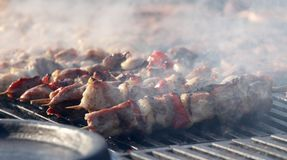 """Kebab auf hölzernen Aufsteckspindeln auf Grill Shashlik oder shashlyk †""""Fleischaufsteckspindeln auf Grill draußen Kebab auf ein Lizenzfreie Stockfotografie"""