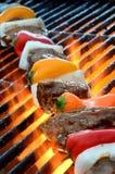 Kebab bij BBQ de grill met hete vlammen Stock Foto's
