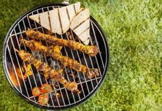 Kebab che grigliano su un fuoco del BBQ Fotografia Stock