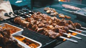 Kebab cocinado en la parrilla en el mercado callejero almacen de video