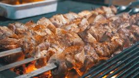 Kebab cocinado en la parrilla en el mercado callejero almacen de metraje de vídeo