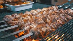 Kebab cocinado en la parrilla en el mercado callejero metrajes