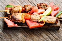 Kebab con il contorno dell'anguria Fotografia Stock Libera da Diritti