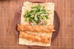 Kebab con le foglie dell'insalata verde Fotografie Stock Libere da Diritti