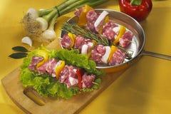 Kebab cru dans une poêle Photographie stock libre de droits