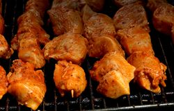 Kebab crudi del pollo che cucinano su una griglia Immagini Stock Libere da Diritti